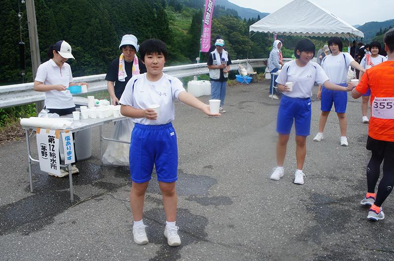 中学生たちも給水