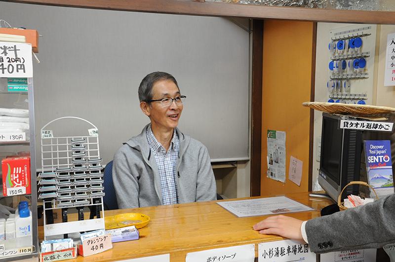 番台で語る小杉湯二代目店主の平松さん